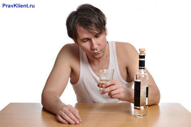 Мужчина пьет алкоголь в одиночестве