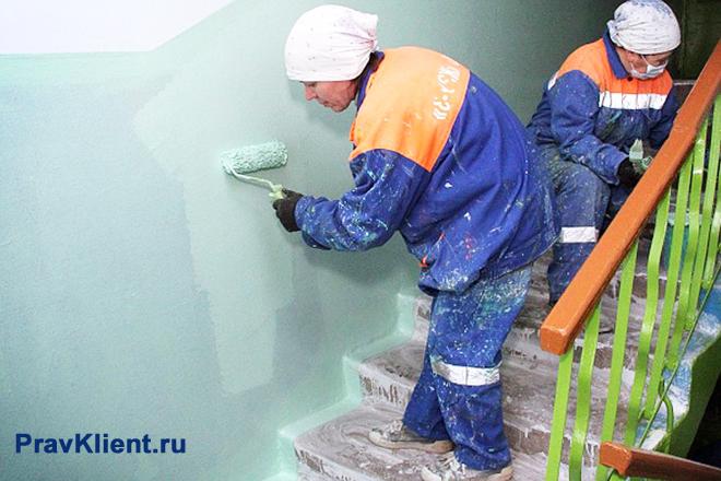 Женщины красят стены в подъезде