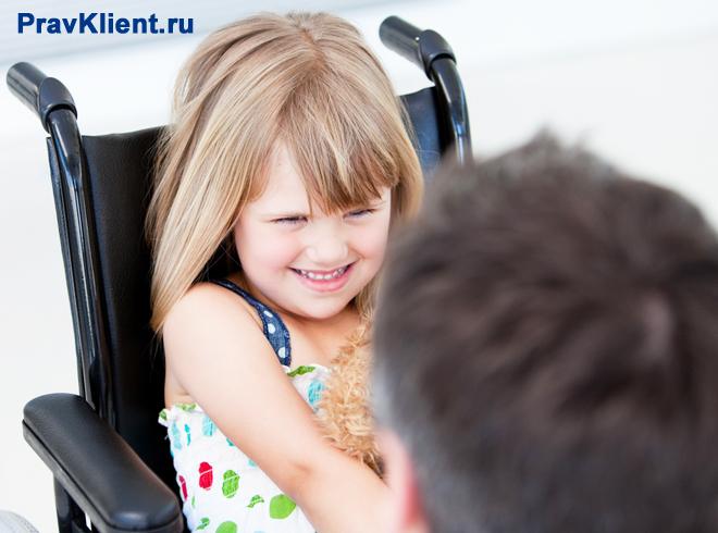 Маленькая девочка в инвалидном кресле