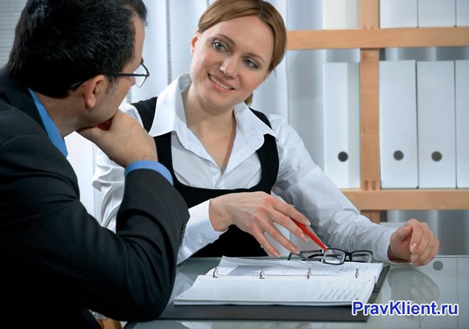 Мужчина внимательно слушает сотрудницу банка
