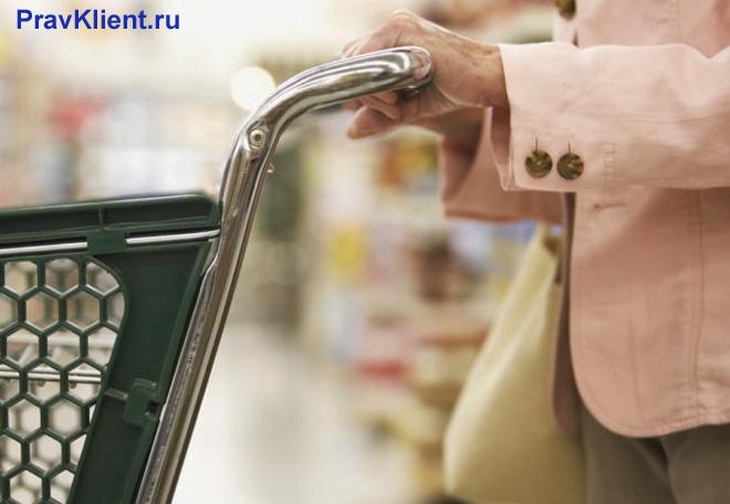 Женщина совершает покупки