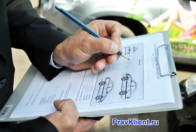 Мужчина рисует чертеж автомобиля