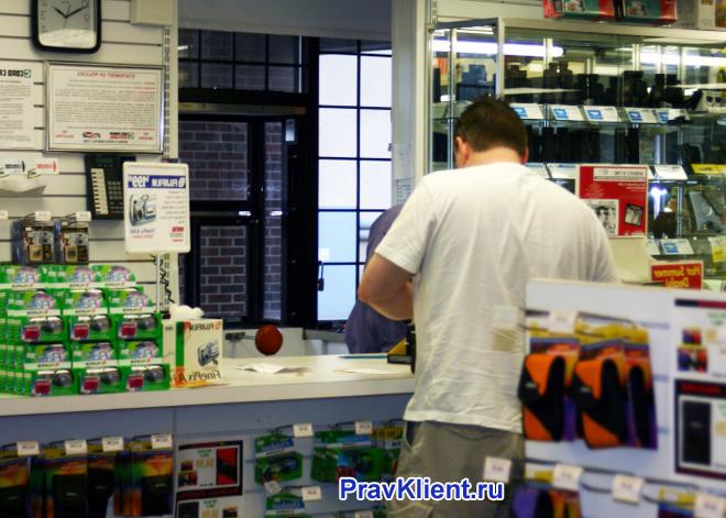 Мужчина делает покупки в промтоварном магазине