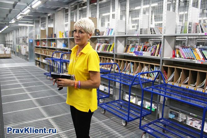 Сотрудница на книжном складе