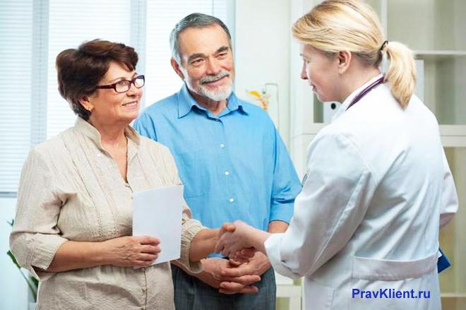 Пациенты общаются с врачом