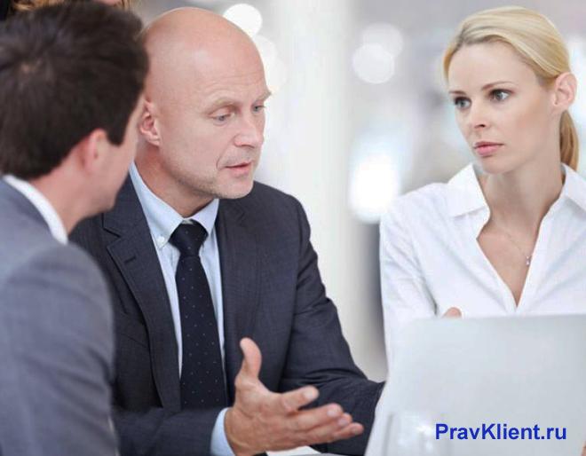 Бизнес-партнеры обсуждают сделку