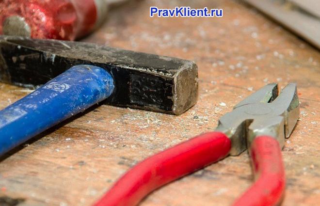Строительные инструменты: молоток и плоскозубцы