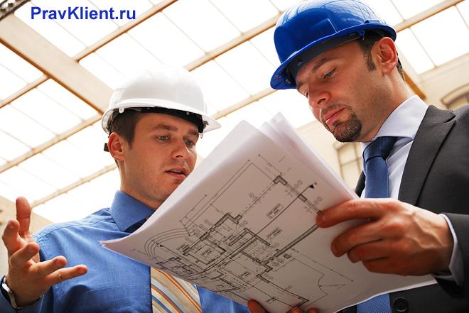 Заказчик разговаривает со строителем