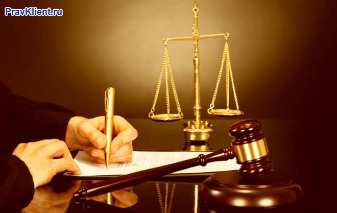 Мужчина пишет исковое заявление в суд
