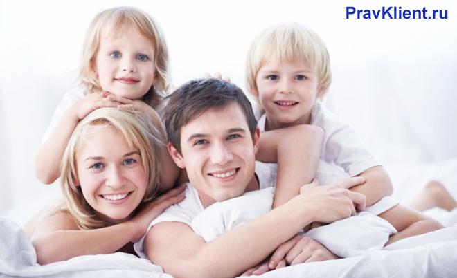 Семейная пара с двумя детьми