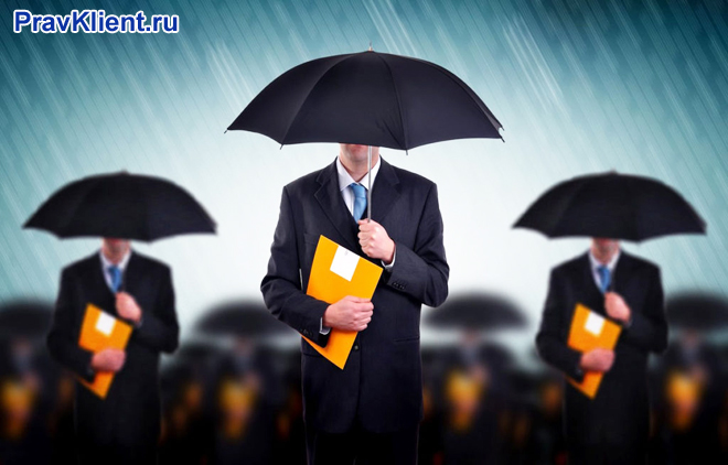 Трое мужчин с папками стоят под зонтами в дождь