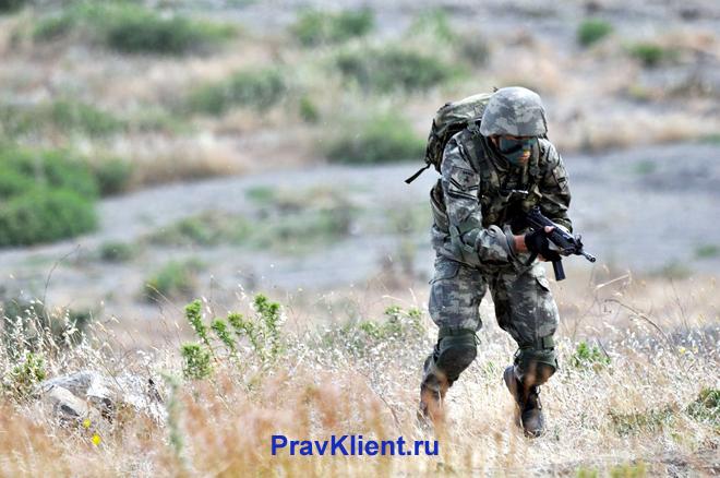 Военный в поле
