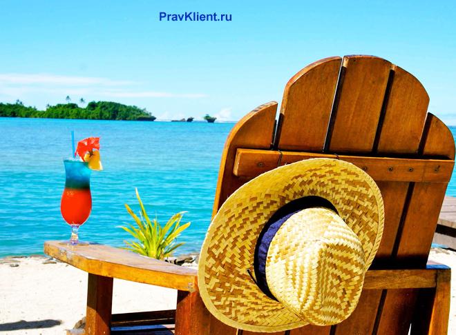 Кресло на берегу моря