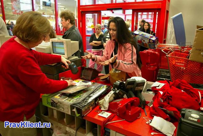 Покупательница возвращает товар в магазин