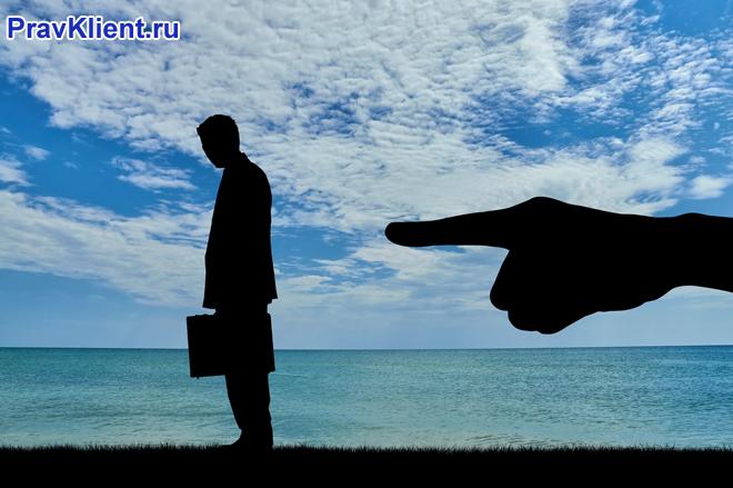 Бизнесмен на фоне моря