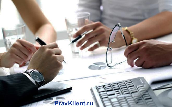 Бизнес-партнеры за столом переговоров