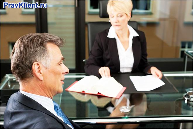 Бизнесмен общается со своим секретарем