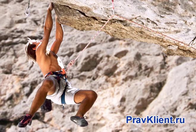 Альпинист лезет по скале