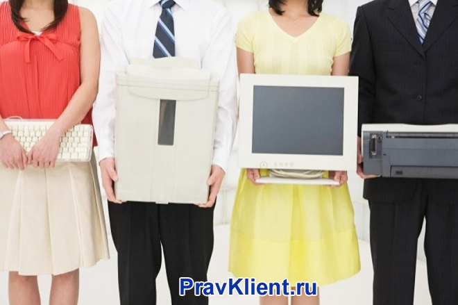 Офисные работники держат в руках компьютерную технику