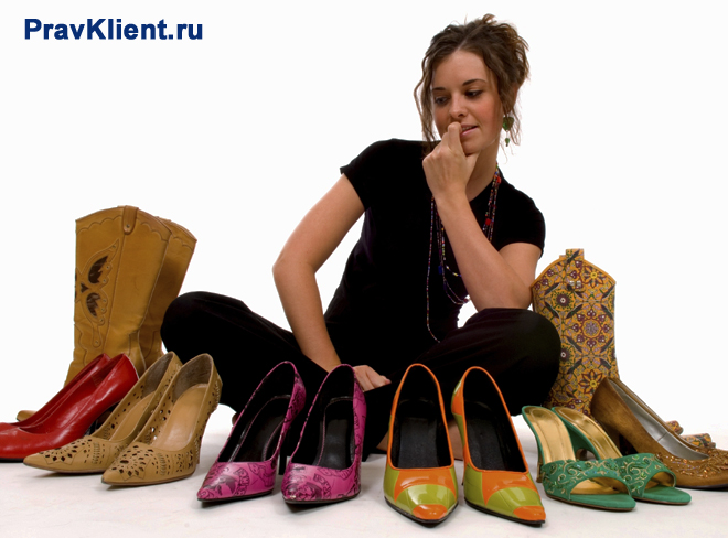 Юная леди определяется с выбором пары обуви