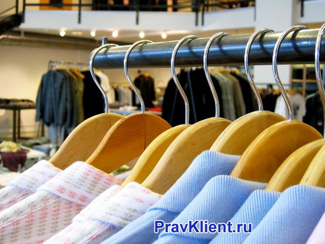 Одежда на вешалках в магазине