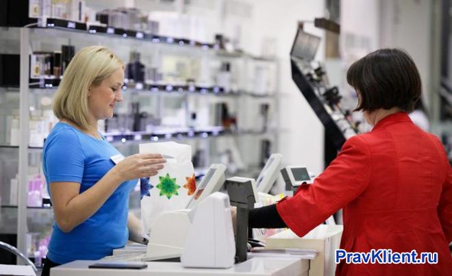 Покупательница делает покупки в магазине