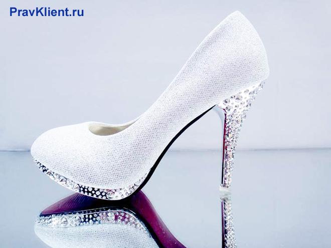 Белая туфля со стразами