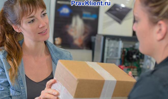 Девушка возвращает товар в магазин