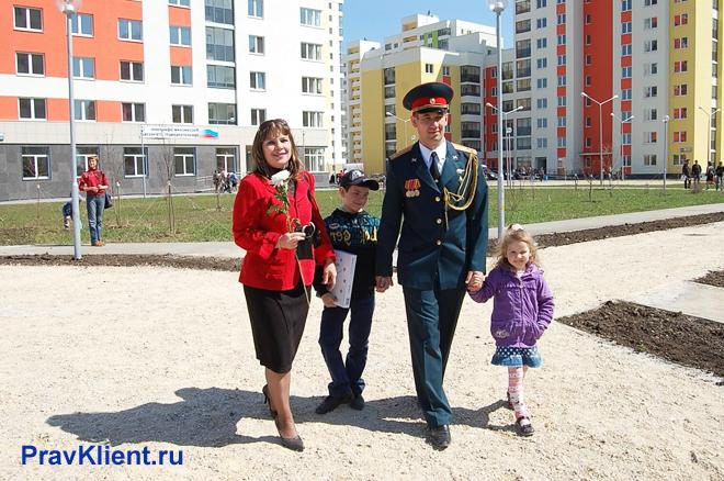 Военный с семьей идет по улице