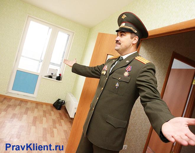 Счастливый военный зашел в комнату