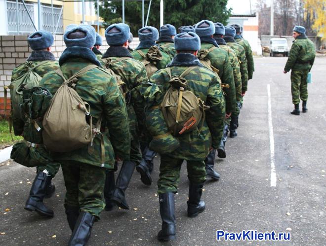 Солдаты маршируют строем