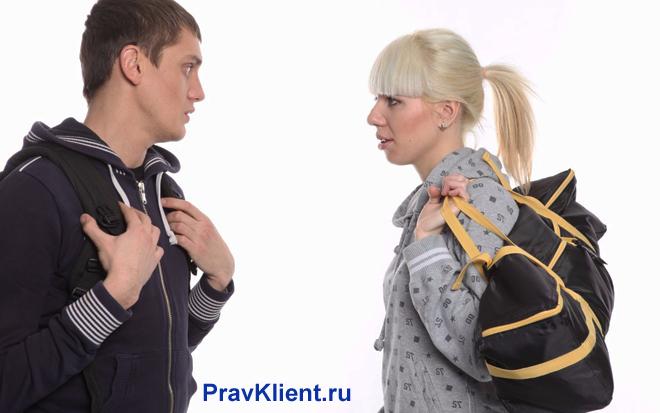 Девушка держит в руке вещи и разговаривает с парнем