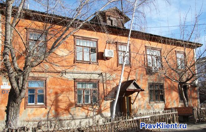 Старый двуэтажный дом