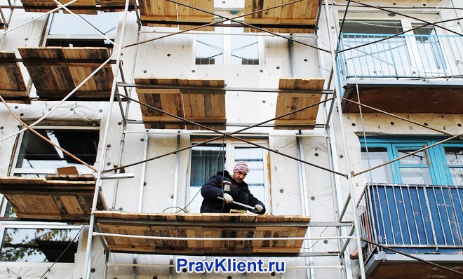 Рабочие на строительных лесах