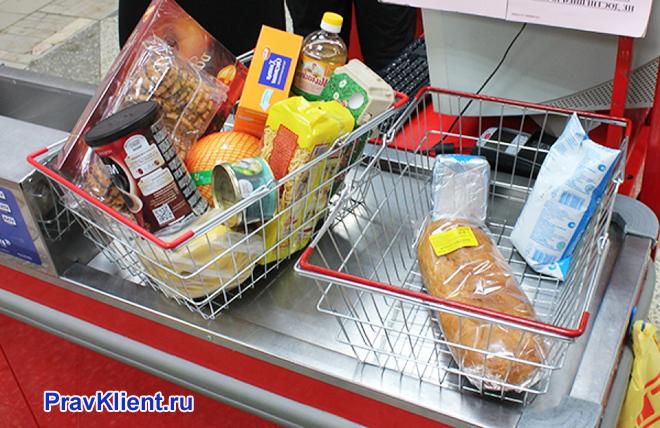 Корзины с продуктами на кассе