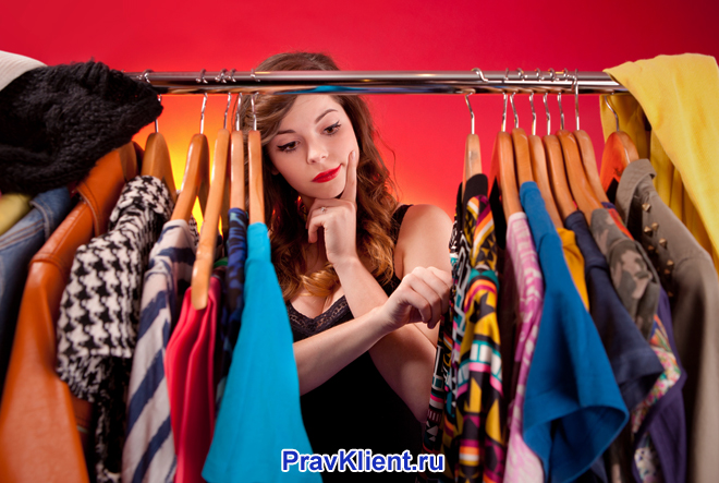 Девушка рассматривает гардероб