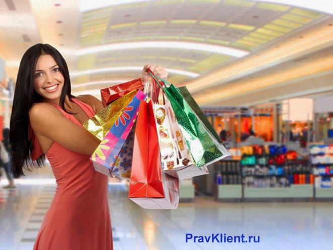Девушка с пакетами покупок в торговом центре
