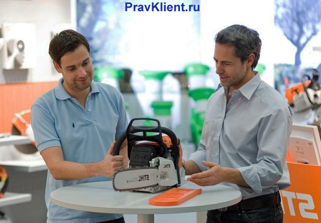 Мужчина покупает пилу в отделе электро-инструментов