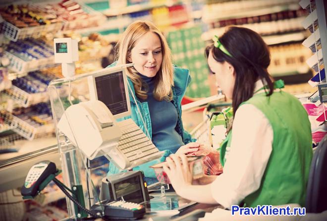 Оплата покупок в продуктовом магазине