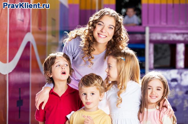 Счастливый учитель с детьми