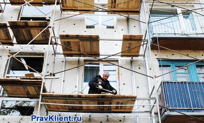 Рабочий на строительных лесах