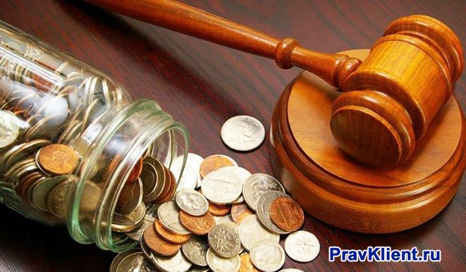 Молоточек судьи, монеты в стеклянной банке