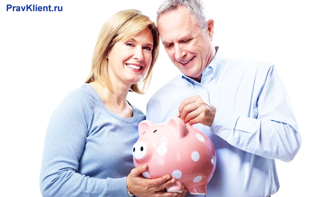 Семейная пара откладывает деньги в копилку